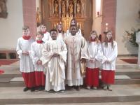 Pfarrer Stephan Egwu und Louis mit unseren Ministranten