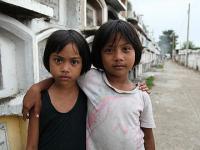 Missio-hilft-philippinen-2010-zwei-friedhofskinder-in-cebu