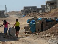 Missio-hilft-irak-kinder-laufen-durch-neue-siedlung-fuer-verfolgte-christen