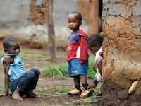Missio-hilft-suedafrika-2007-nkandla-3-aidswaisen-hinter-mauer